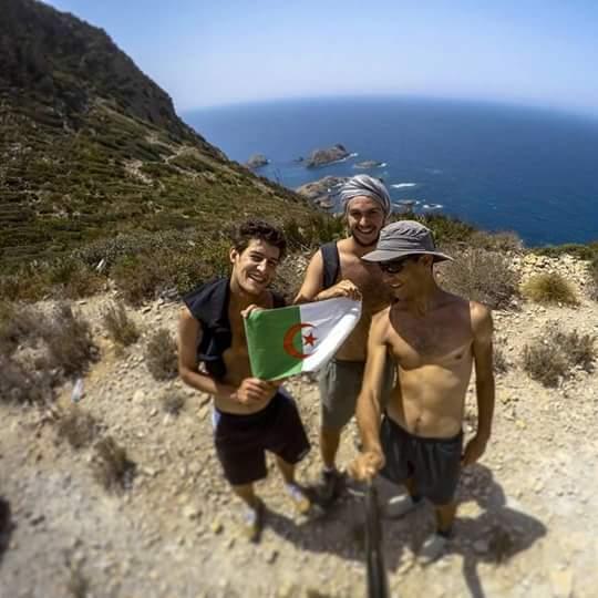 Guillaume, son ami Tarik et leur hôte oranais à la plage Mader à Oran