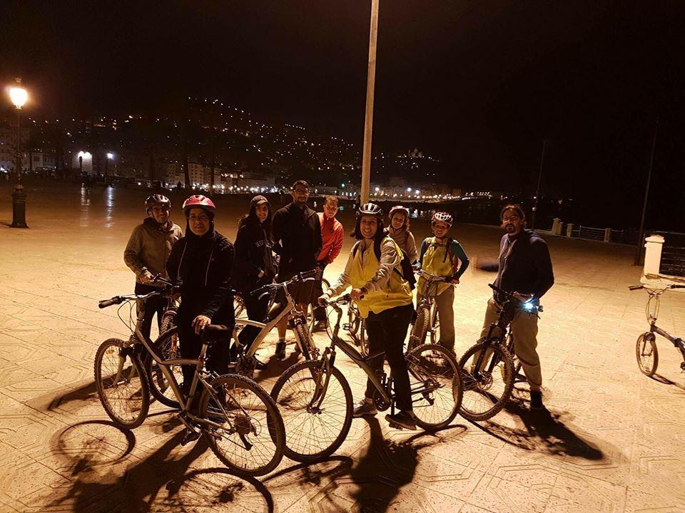 Des Algériennes à la découverte d'Alger de nuit et en vélo