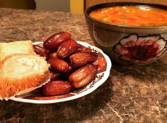 Ramadan : Pourquoi les Marocains jeûnent après nous ?