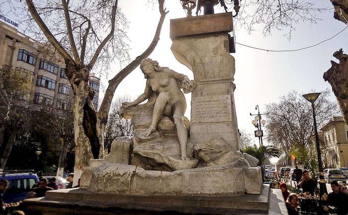 #Miso. La célèbre statue d'Ain El Fouara à Sétif défigurée par un homme